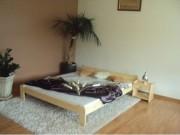 Dřevěná postel do moderní ložnice