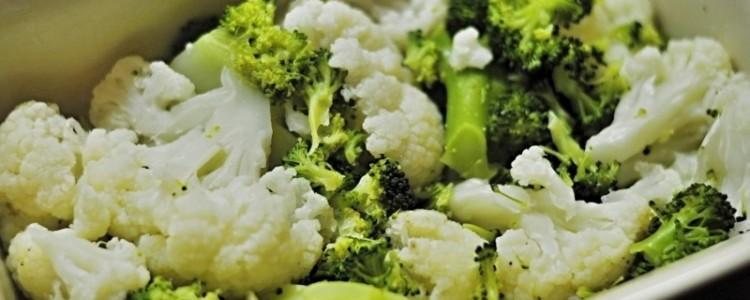 Zapečené brambory se sýrem a brokolicí